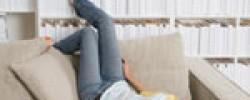 telefon-sofa-frau