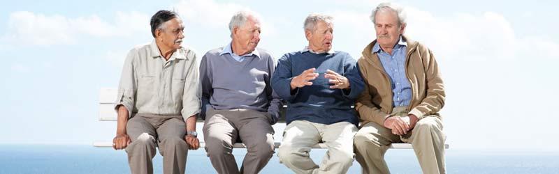 ältere herren sitzen auf der bank